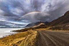 Regenbogen über der Straße bei Stokksnes in Island lizenzfreie stockbilder