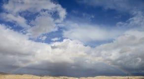 Regenbogen über der Wüste stockbild
