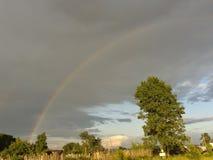 Regenbogen über Dorf lizenzfreies stockfoto