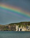 Regenbogen über Dunluce-Schloss, Nordirland Stockfotos