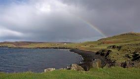 Regenbogen über Duntulm-Bucht und Schloss auf der Insel von Skye - Schottland stock video footage