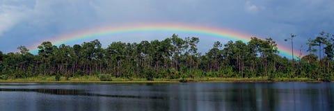 Regenbogen über einem Florida See stockbild