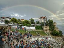 Regenbogen über einem Hügel stockbilder
