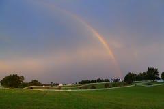 Regenbogen über einem Pferdenbauernhof Lizenzfreies Stockbild