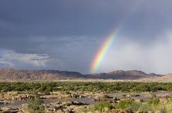 Regenbogen über einem River Valley in Südafrika Lizenzfreies Stockfoto