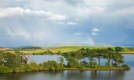 Regenbogen über einem See lizenzfreie stockbilder