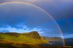 Regenbogen über einer drastischen Küste von schottischen Hochländern, Insel des Himmels Stockfotos