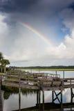 Regenbogen über Einlassdocks stockfotografie
