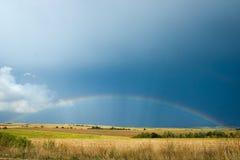 Regenbogen über Feld Lizenzfreies Stockfoto