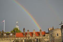 Regenbogen über Festung in England stockfoto