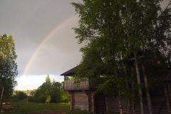 Regenbogen über Haus Stockfotografie