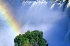 Regenbogen über Iguazu-Wasserfällen in Parque Nacional Iguazu angesehen vom oberen Stromkreis, von der Grenze von Brasilien und v Stockfotografie