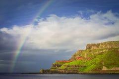 Regenbogen über irischen Klippen lizenzfreies stockfoto