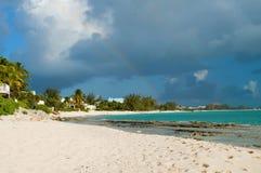 Regenbogen über karibischem Strand Lizenzfreies Stockfoto