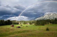Regenbogen über Karwendel-Gebirgszug im Bayern Lizenzfreie Stockfotos