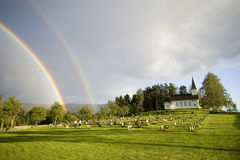 Regenbogen über Kirche, Norwegen Lizenzfreie Stockfotos