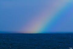 Regenbogen über nebeligem Wasser lizenzfreie stockfotografie