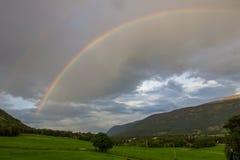 Regenbogen über Oppland in Norwegen Lizenzfreie Stockfotos