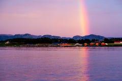 Regenbogen über rotem fishermans Dorf Lizenzfreie Stockfotos