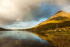 Regenbogen über See Stockfotos