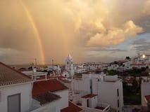 Regenbogen über Stadt Lizenzfreie Stockfotos