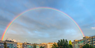 Regenbogen über Stadt Lizenzfreie Stockbilder