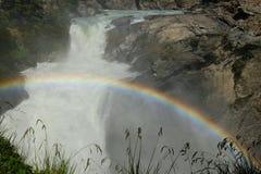 Regenbogen ?ber starkem Wasserfall in Chile stockfotografie