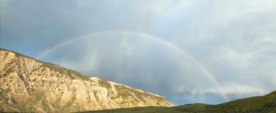 Regenbogen über Straße zu Mammoth Hot Springs in Yellowstone Nationalpark in Wyoming Vereinigte Staaten Lizenzfreies Stockfoto