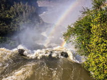 Regenbogen über Wasserfall Stockfotos