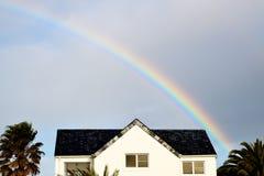 Regenbogen über weißem Haus Lizenzfreie Stockfotos