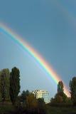Regenbogen über Wohnblock Stockfotos