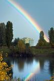 Regenbogen über Wohnblock Stockbild