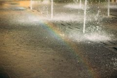 Regenbogen apperead vom Brunnen Stockfotos
