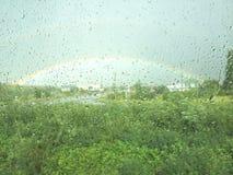 Regenbogen außerhalb des Fensters stockbilder