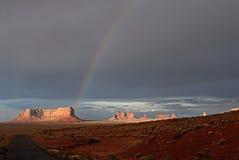 Regenbogen auf dem Denkmaltal Stockbild
