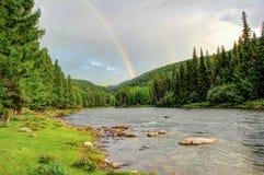 Regenbogen auf dem Hintergrund der wilden Natur des Altai stockbilder