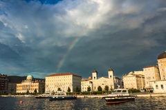 Regenbogen auf den Docks von Triest stockbild