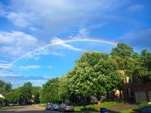 Regenbogen auf einer Nachbarschaft Lizenzfreie Stockfotos