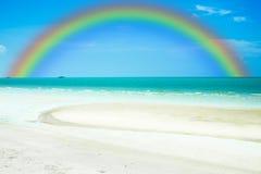 Regenbogen auf Himmel mit Meer und Strand Stockbild