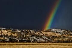 Regenbogen auf schwarzem Ridge lizenzfreie stockfotos