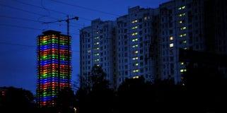 Regenbogen-beleuchtetes Gebäude in Moskau, Russland Lizenzfreie Stockfotografie