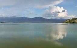 Regenbogen über dem See Stockbild