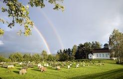 Regenbogen über Kirche, Norwegen Stockfotografie