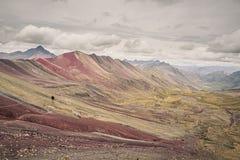 Regenbogen Berg oder Vinicunca in Süd-Peru Mann, der Trekking tut lizenzfreie stockbilder