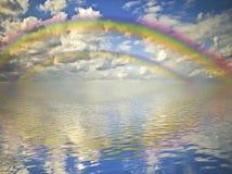 Regenbogen, bewölkter Himmel und Ozean Lizenzfreie Stockbilder