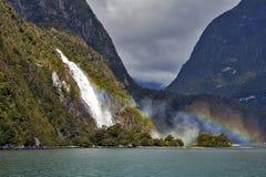 Regenbogen bij Dame Bowen Falls, Milford-Geluid, Nieuw Zeeland Stock Afbeeldingen
