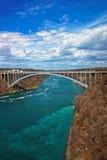 Regenbogen-Brücke über der Niagara Fluss Schlucht Lizenzfreies Stockbild