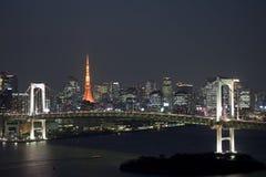 Regenbogen-Brücke an der Nacht und am Tokyo-Kontrollturm Stockbild