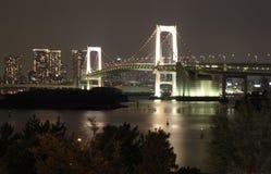 Regenbogen-Brücke Tokyo nachts stockbilder