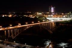 Regenbogen-Brücke nachts Lizenzfreie Stockfotos
